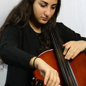 Claire Ezratty playing the cello